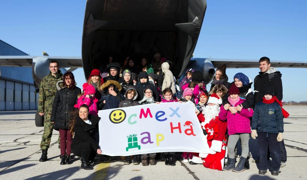 Деда Мраз и Добра вила на аеродрому Батајница