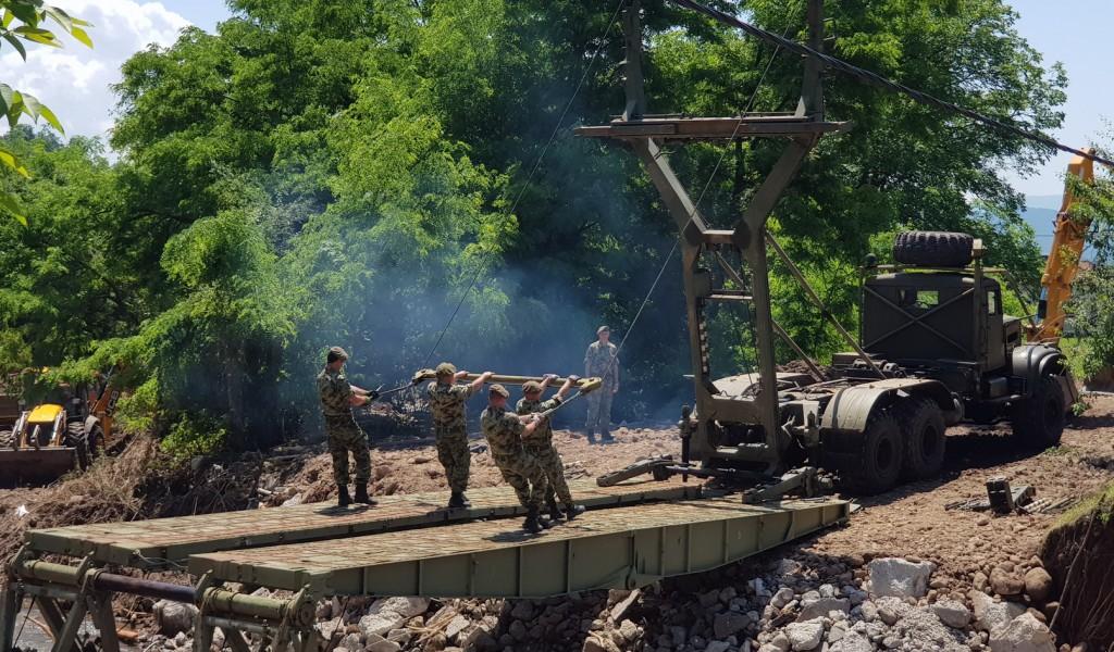 Војска Србије поставила мост у селу Сирча
