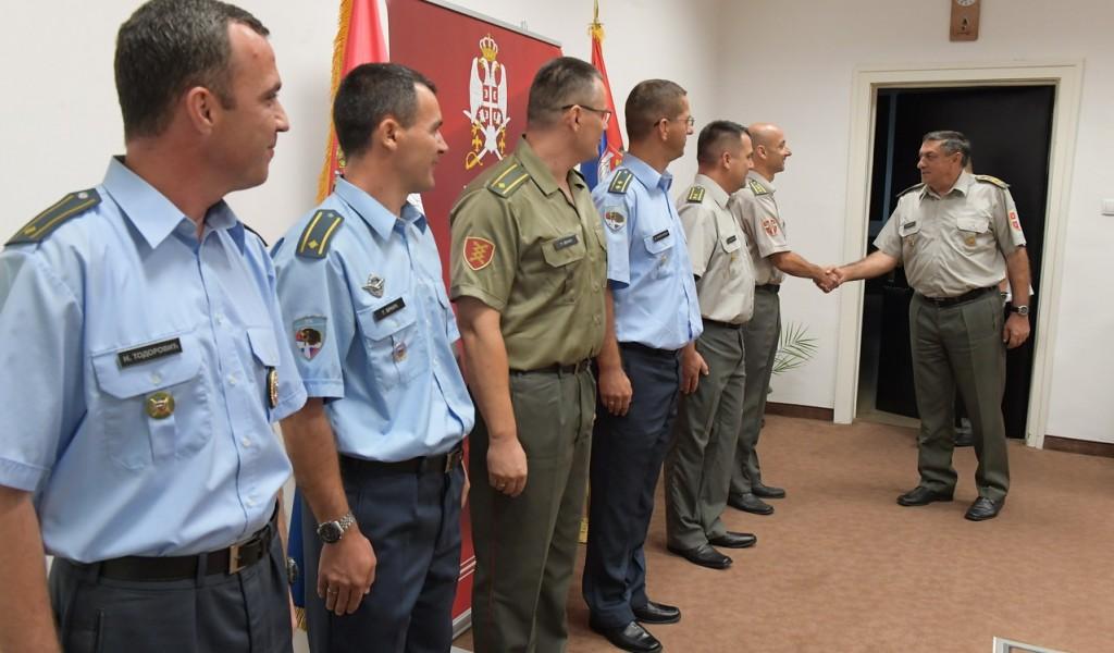 Генерал Диковић с официрима који су завршили школовање у иностранству