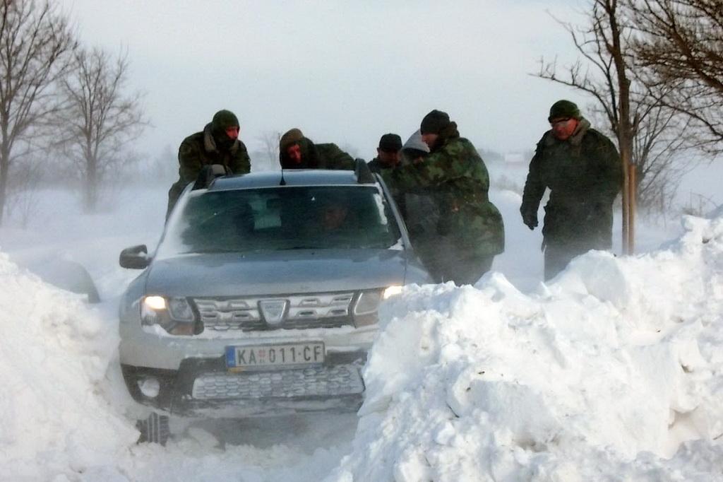Војска помаже у деблокади путних праваца