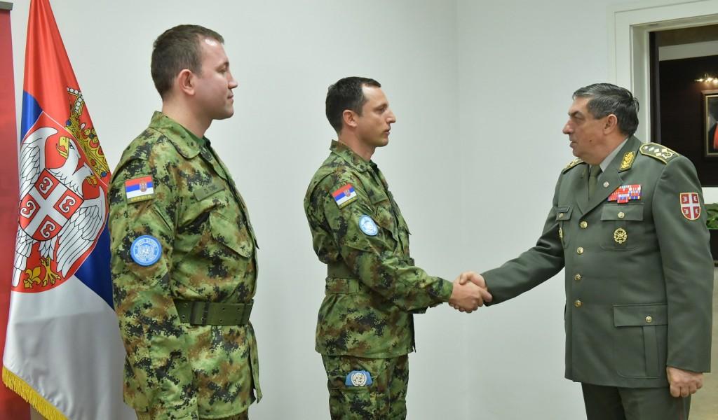 Генерал Диковић са официрима који одлазе у мисију у Либану