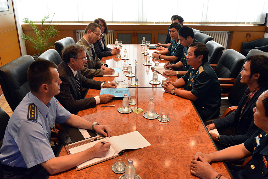 Minister Rodic with the representatives of the Vietnamese armed forces