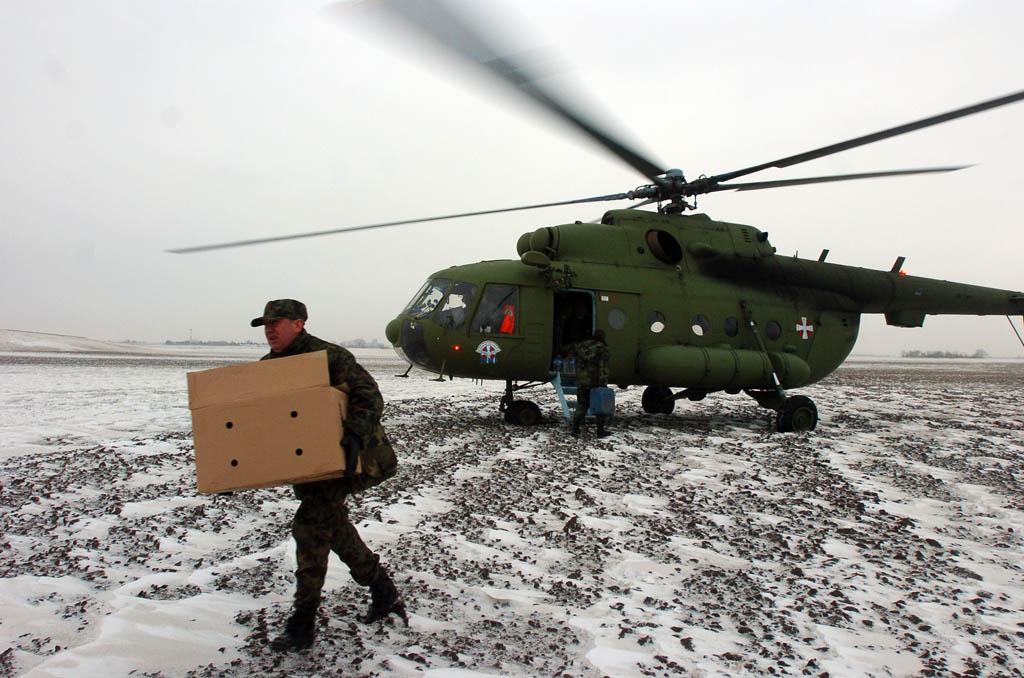 Војска и трећи дан помаже угроженим грађанима