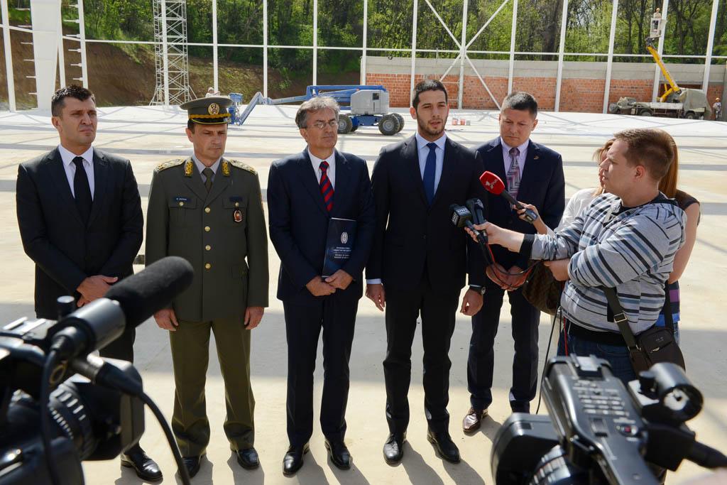 Министри одбране и спорта обишли градилиште атлетске дворане на Бањици