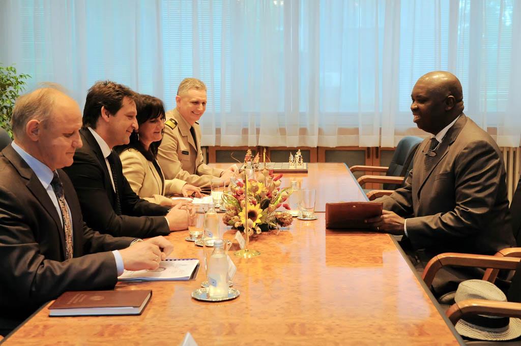Министар одбране примио амбасадора Анголе