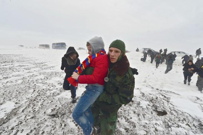 Војска и данас деблокира путеве и евакуише грађане завејане у снегу
