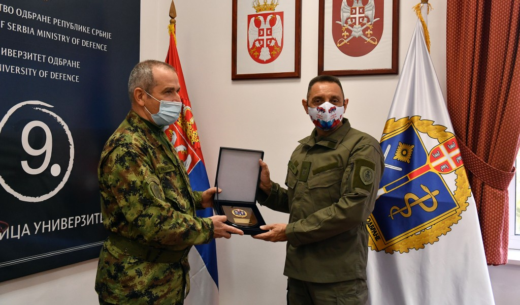 Plaketa Univerziteta odbrane za ministra odbrane Aleksandra Vulina