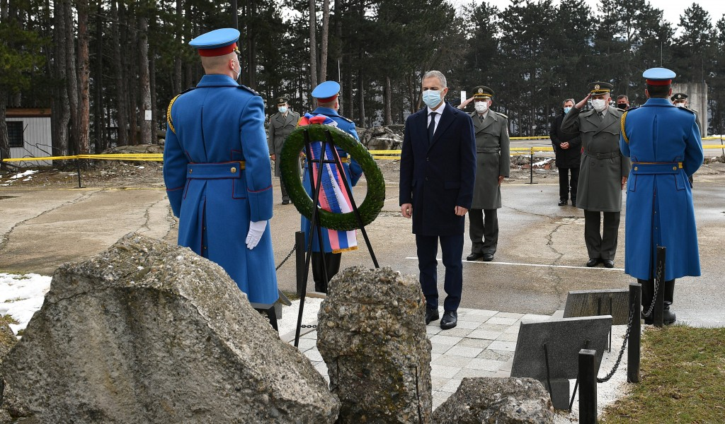 Minister Stefanović lays wreaths at memorials to victims of NATO aggression We proudly remember heroic deeds