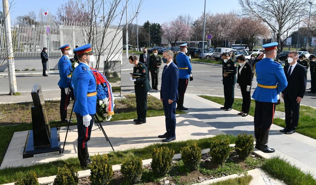 Министар Стефановић и генерал Веи Фенгхе положили венце на спомен обележје погинулим кинеским новинарима