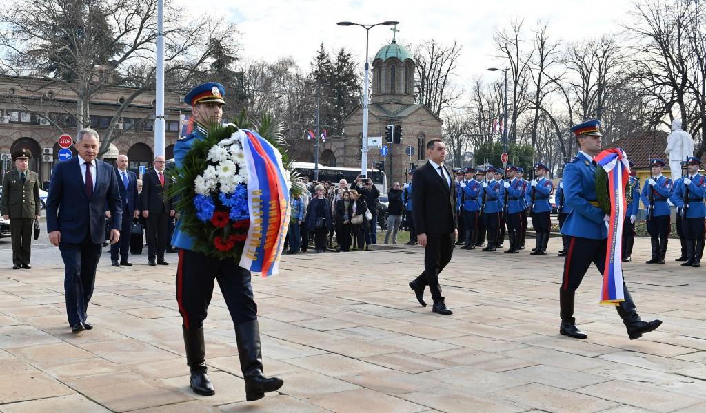 Ministri Vulin i Šojgu položili vence na Groblju oslobodilaca Beograda