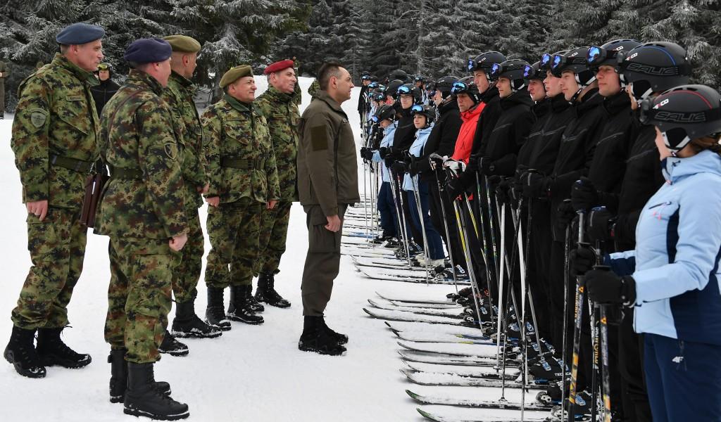 Министар Вулин на обуци кадета Војне академије у зимским условима После 20 година нова опрема и обука у нордијском скијању