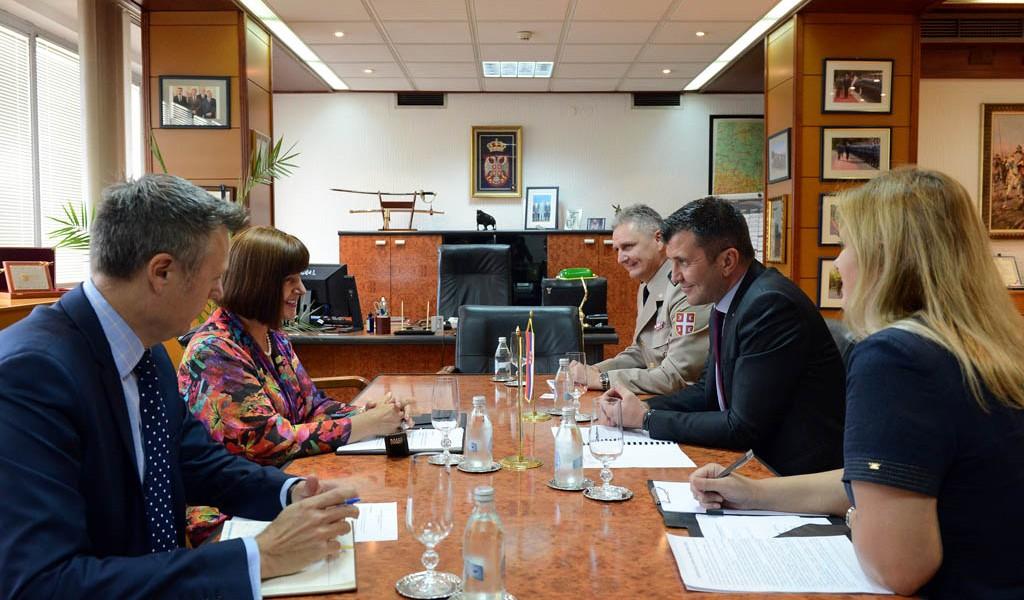 Министар одбране са шефицом Канцеларије УН у Београду