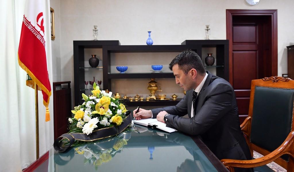 Министар одбране уписао се у књигу жалости у Амбасади Ирана