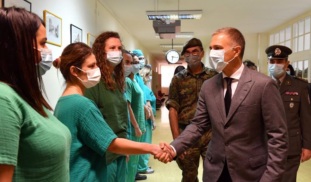 Министар Стефановић обишао војну ковид болницу Карабурма