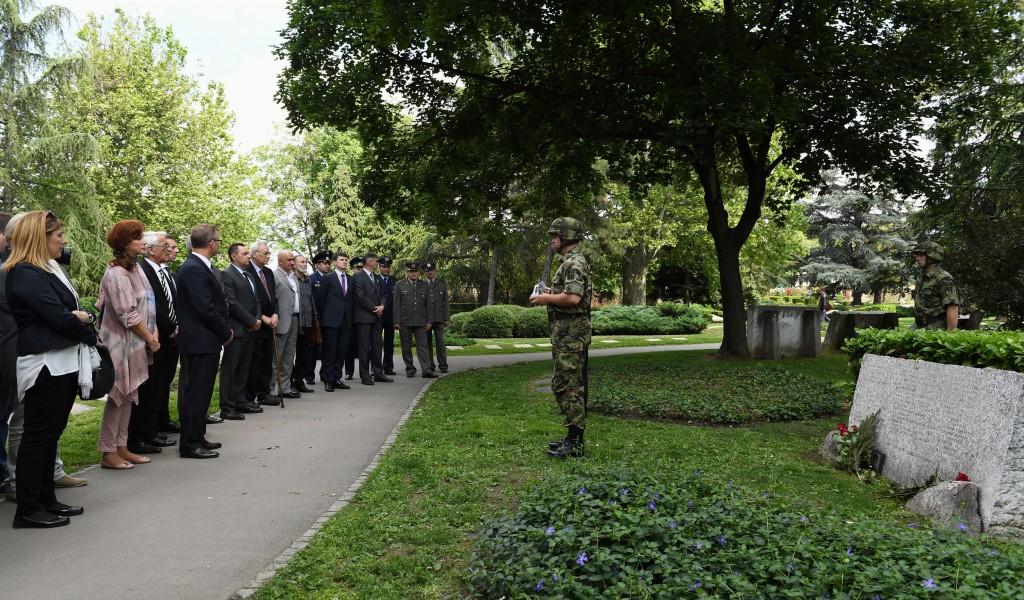 Церемонија узимања грумена земље код споменика Црвеноармејцу