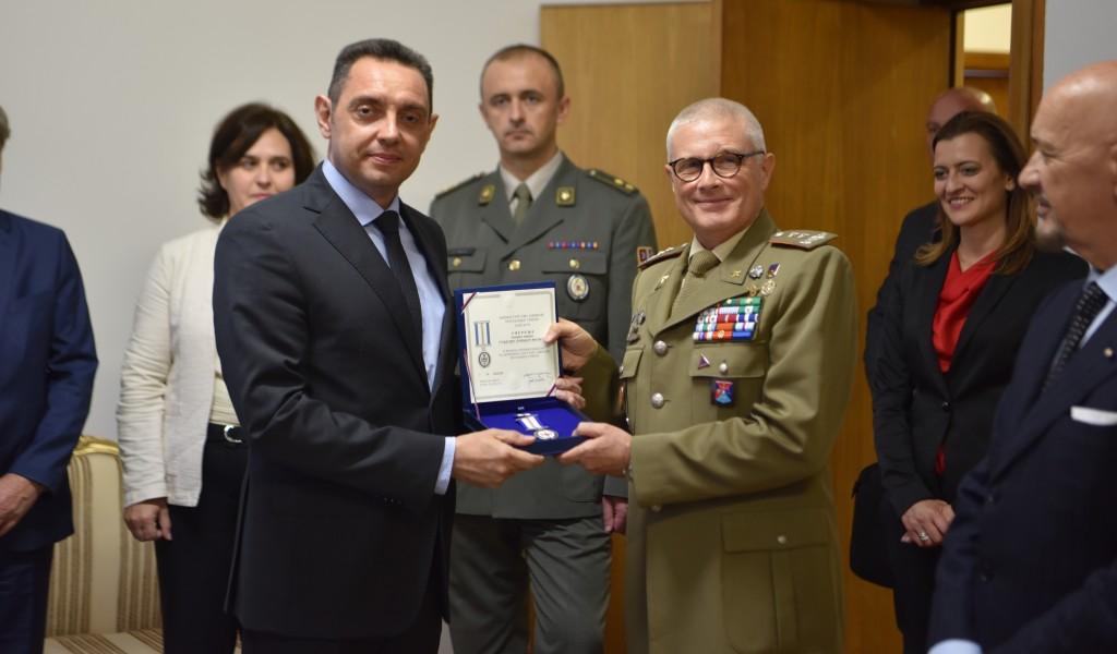 Министар Вулин доделио спомен медаљe италијанским генералима