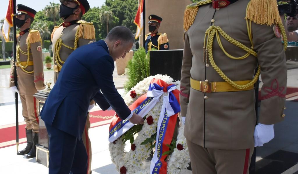 Министар Стефановић положио венце на Споменик незнаном војнику и крај гробнице председника Садата