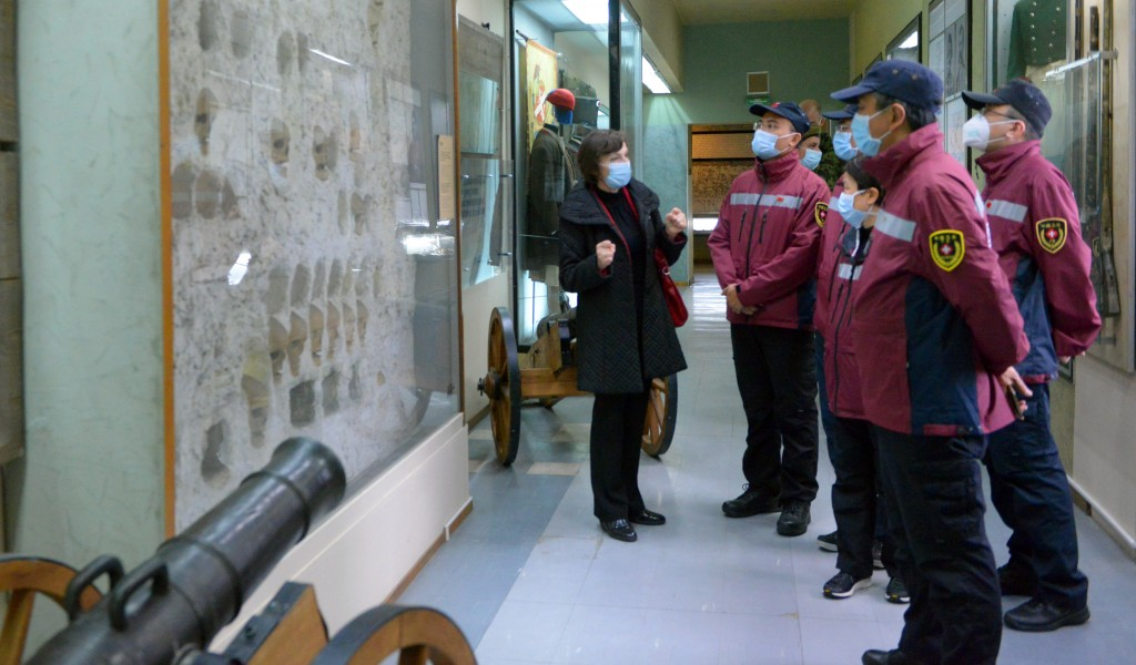 A visit of Chinese doctors to Military Museum