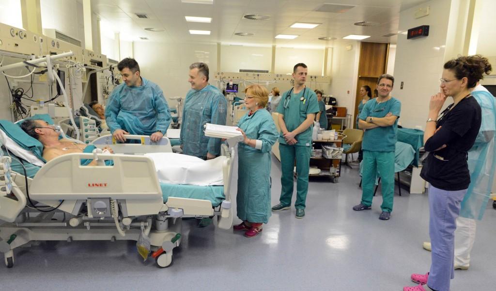 Министар одбране посетио повређене на ВМА