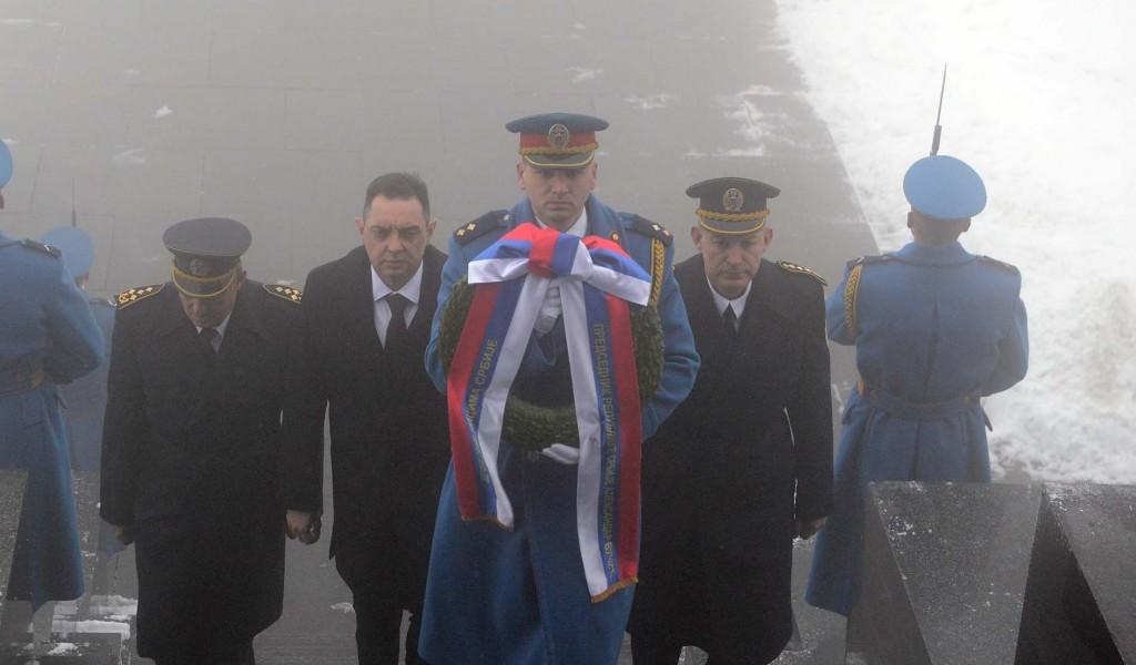 Министар Вулин положио венац код Споменика Незнаном јунаку на Авали