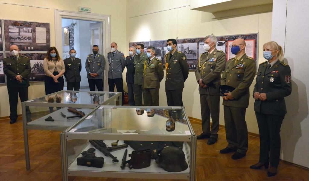Strani vojni predstavnici obišli izložbu Ratna slika Srbije u Drugom svetskom ratu 1941 1945