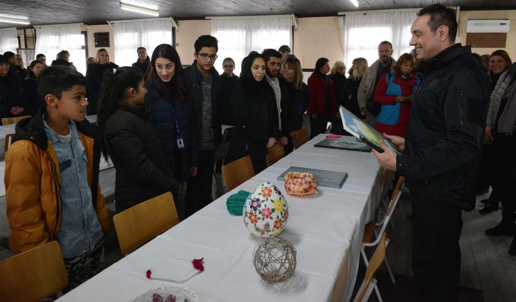 Министар одбране обишао Колективни центар за смештај избеглица у Крњачи