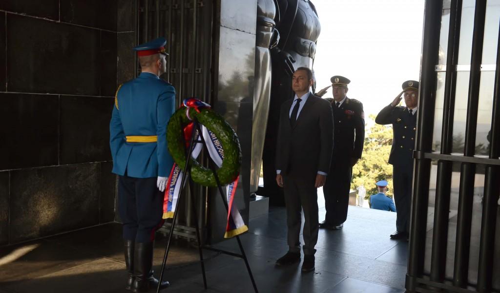 Министар одбране положио венац на Авали поводом Дана Војске Србије