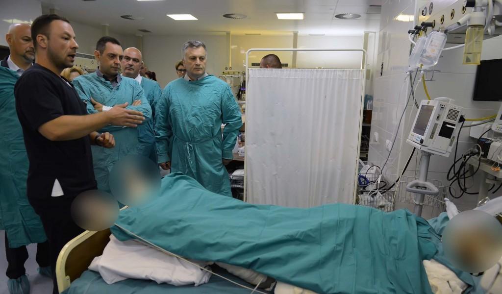 Министар Вулин обишао повређене раднике из Лучана