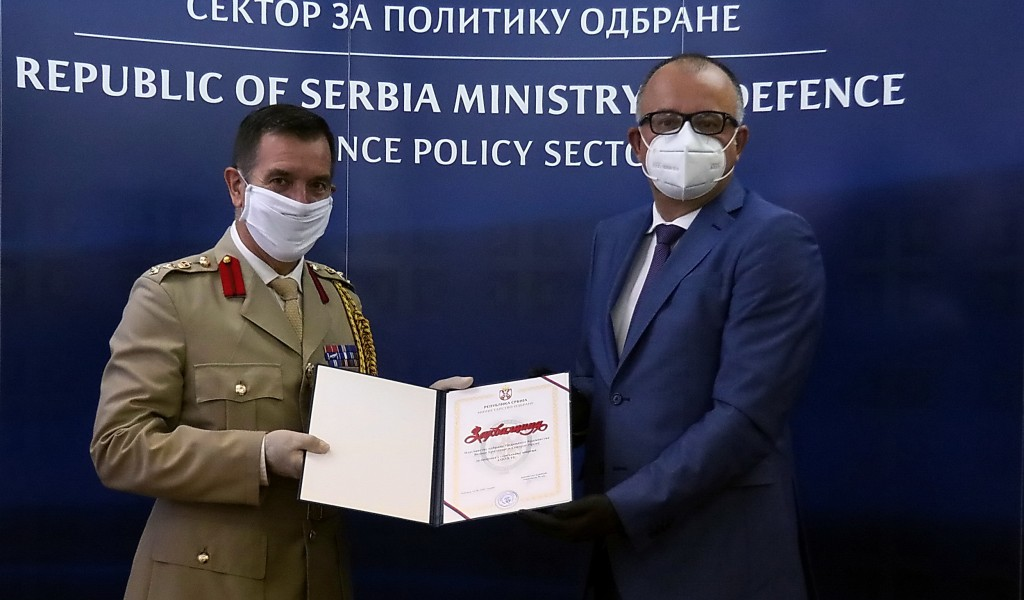 Assistant Minister Ranković presents the UK Defence Attaché Colonel Ilić with a certificate of appreciation