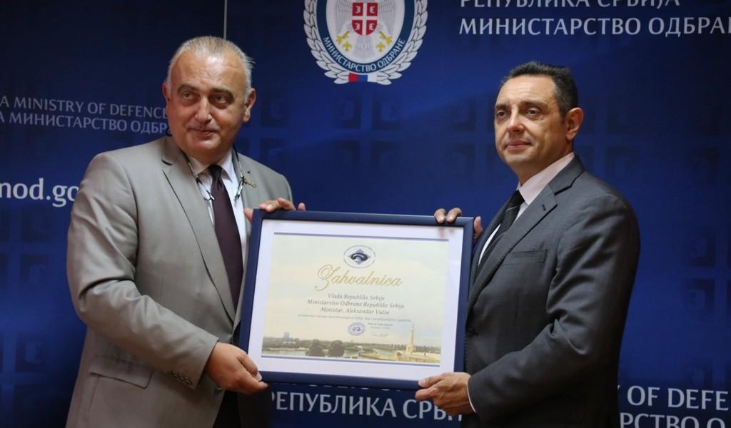 Ministru Vulinu uručena Zahvalnica Udruženja neurohirurga Srbije