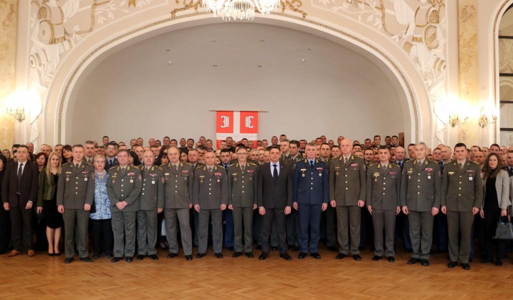 Министар Вулин: Србија се поноси припадницима система одбране