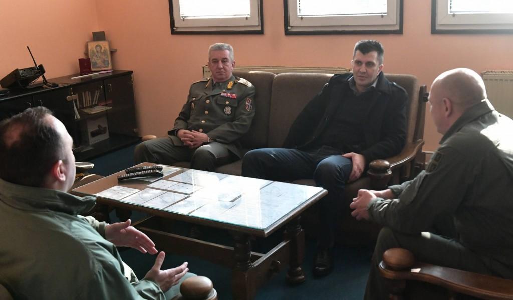Министар одбране ненајављено обишао 204 ваздухопловну бригаду и Војну академију