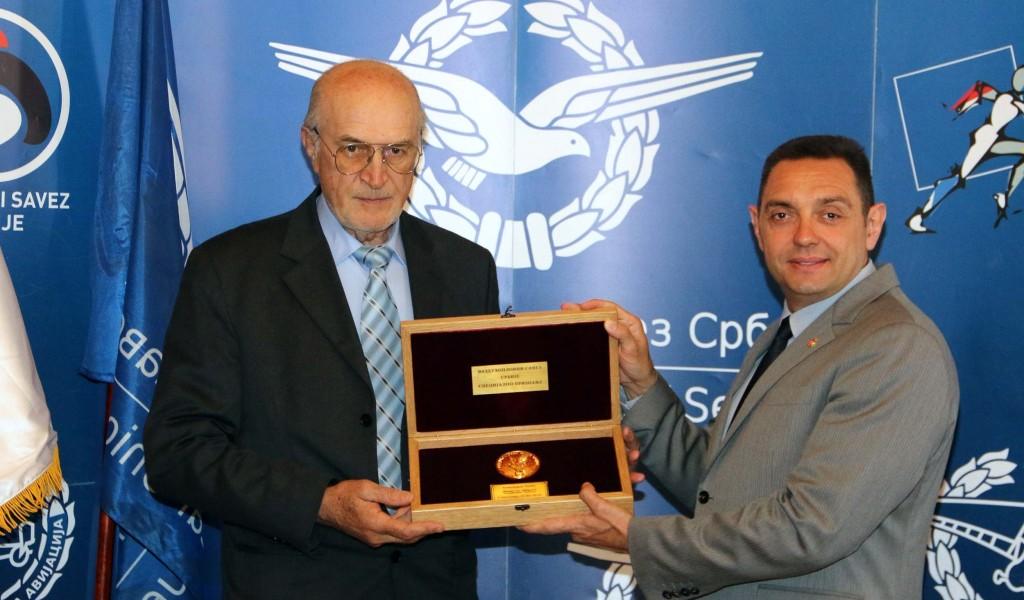 Министру одбране уручено највише признање Ваздухопловног савеза Србије