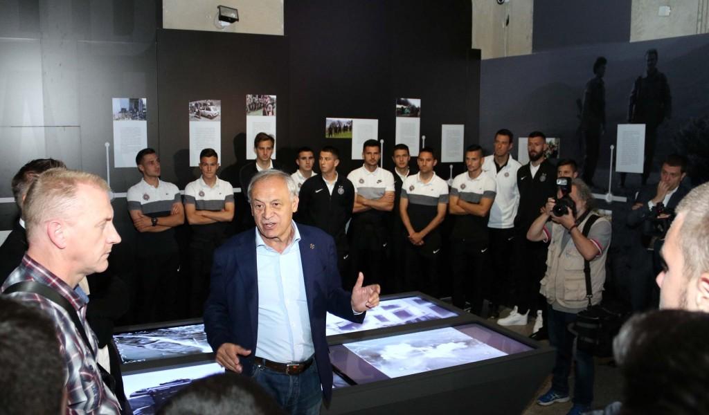 Фудбалери и руководство Партизана посетили изложбу Одбрана 78