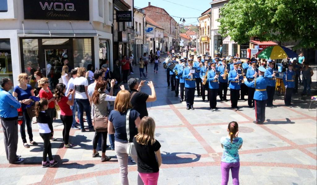 Променадни дефилеи војних оркестара у Крагујевцу и Ваљеву