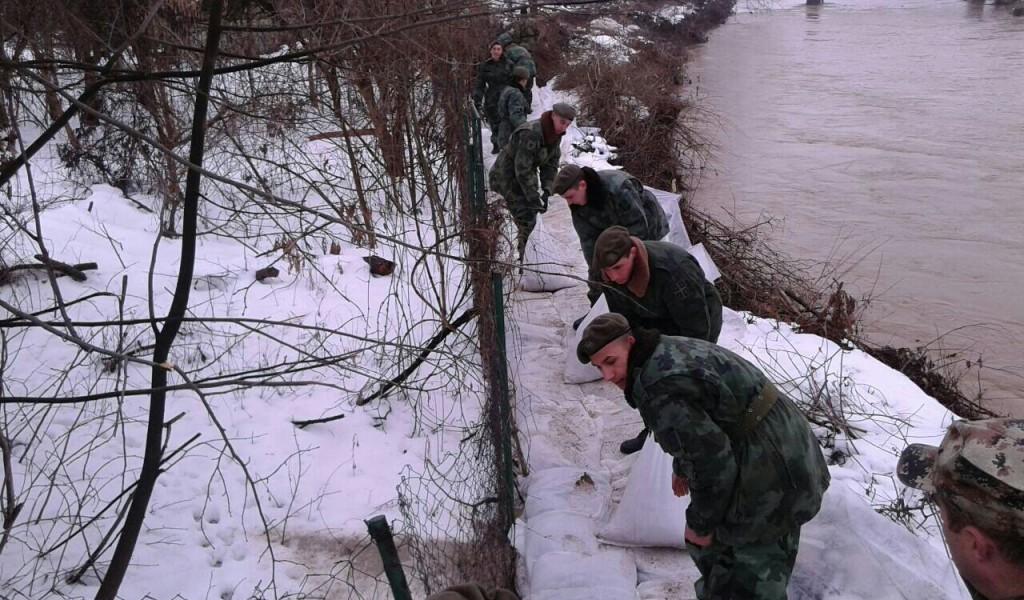 Војска наставља да помаже у одбрани од поплава