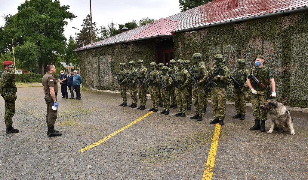 Ministar Vulin obišao prihvatne centre u Opštini Šid Vojska Srbije obezbeđuje mir i sigurnost za sve građane Šida i štiti migrante
