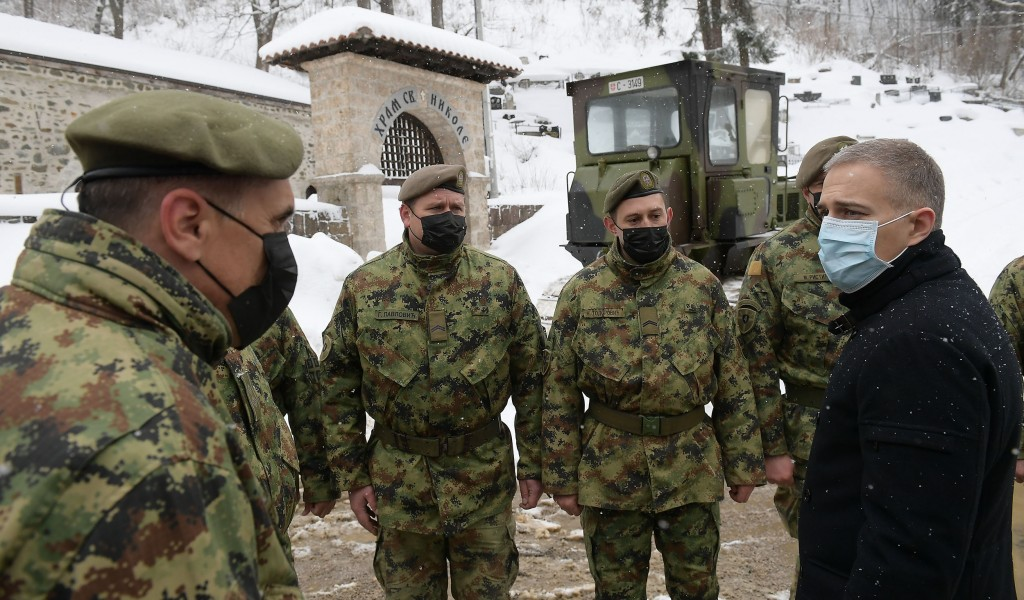 Military help clear snow in Crna Trava