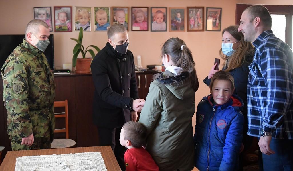Ministar Stefanović posetio osmočlanu porodicu starijeg vodnika prve klase Andrića