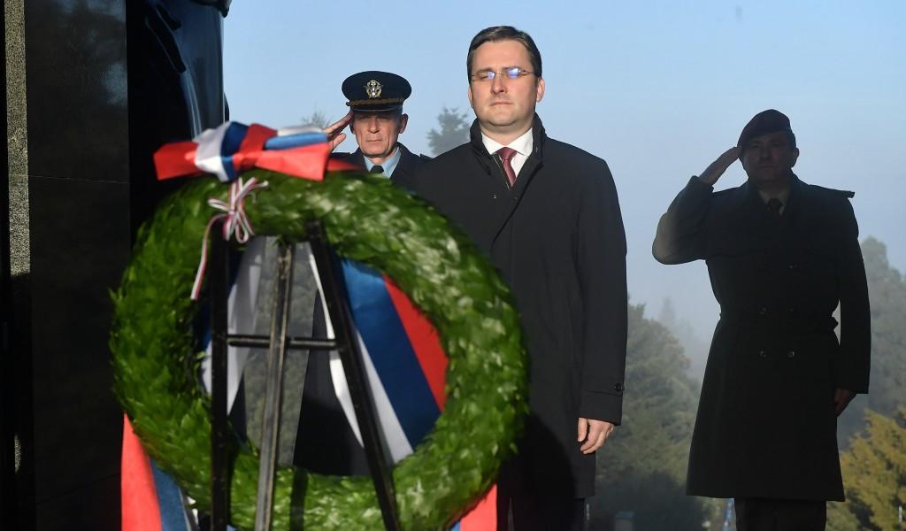 Izaslanik predsednika Republike i vrhovnog komandanta Vojske Srbije Nikola Selaković položio venac na Spomenik Neznanom junaku na Avali