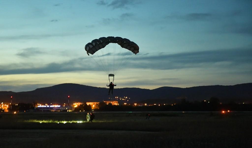 Припадници 63 падобранске бригаде извели ноћни скок са 4500 метара