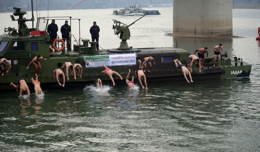 Припадници Војске Србије пливали за Часни крст