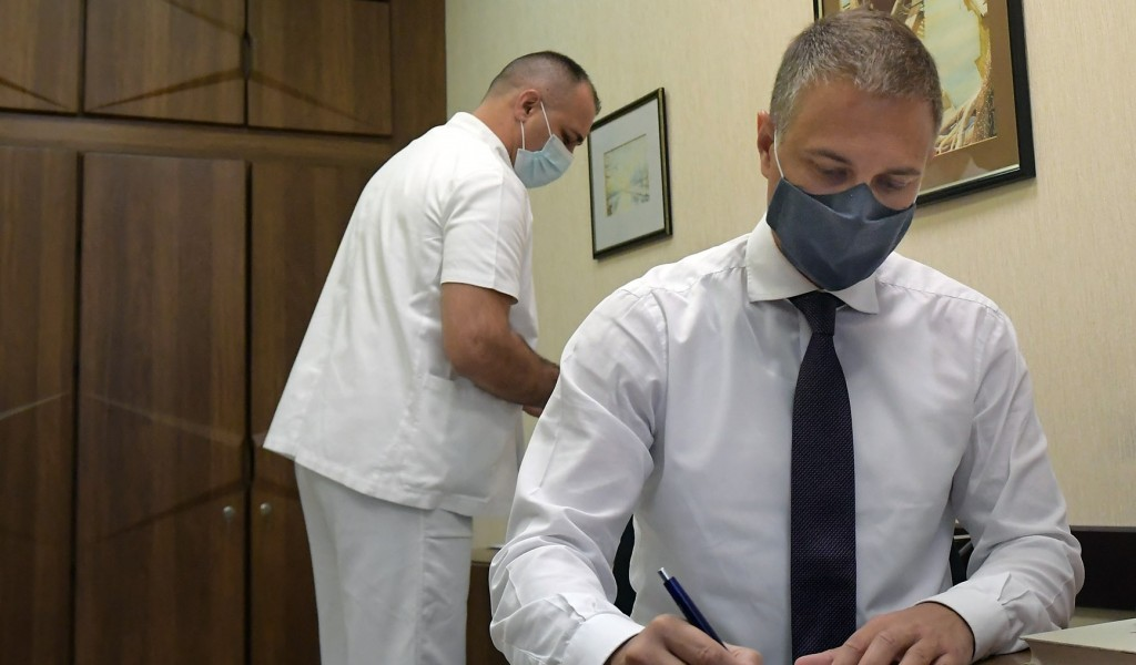 Министар Стефановић примио трећу дозу вакцине против корона вируса