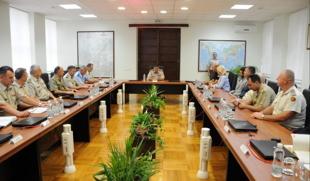 Генерал Диковић с полазницима Високих студија безбедности и одбране