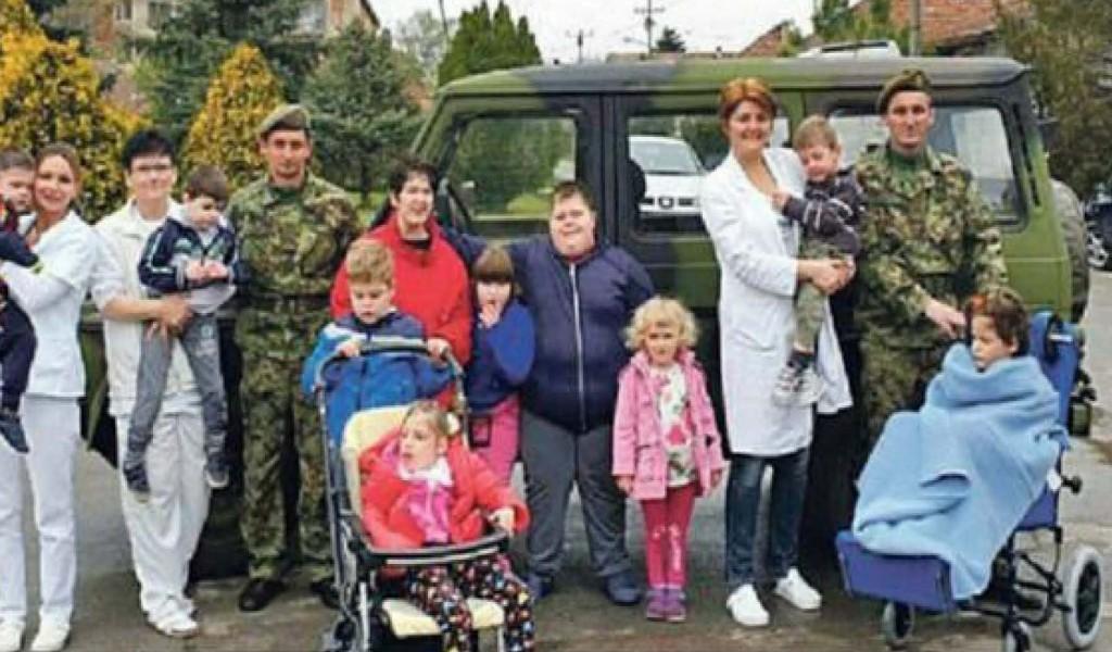 Војници поклонили играчке и одећу деци