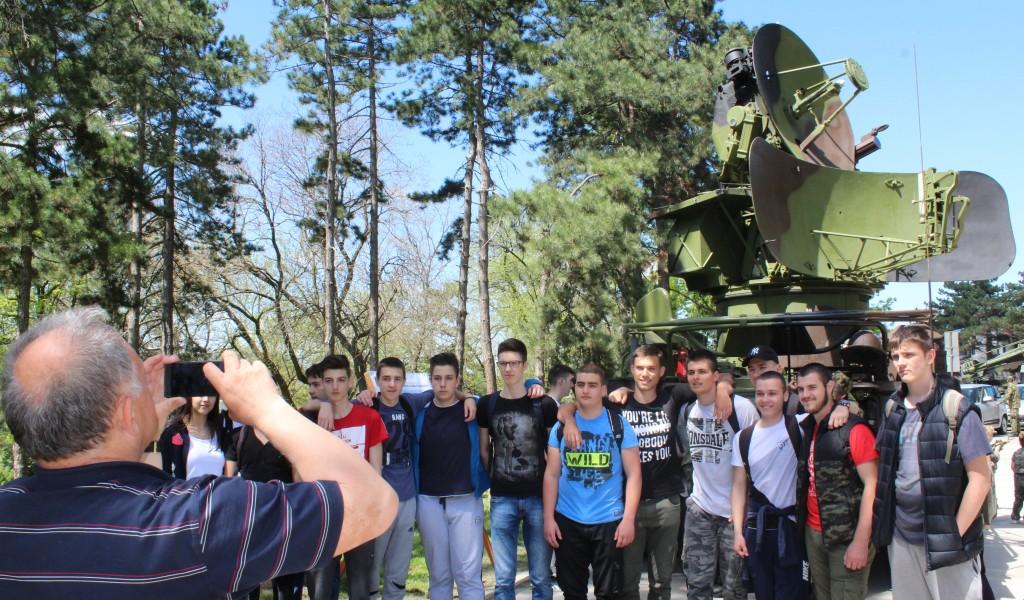 Прикази наоружања и војне опреме привукли велики број грађана