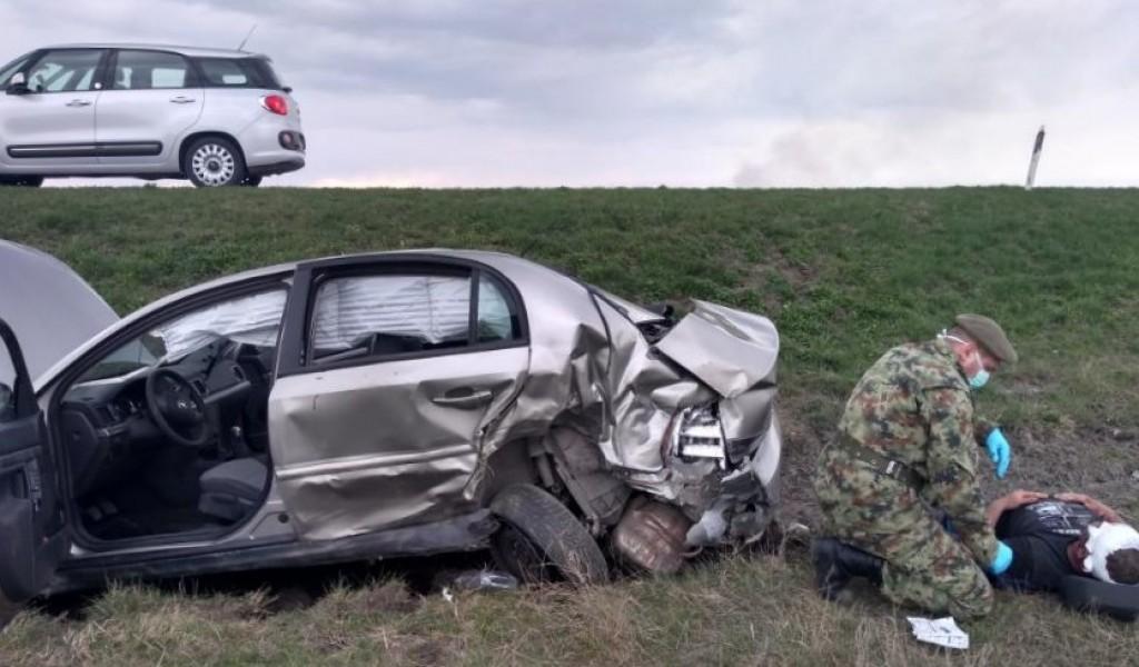 Pripadnici Vojske spasili život povređenom u saobraćajnoj nesreći