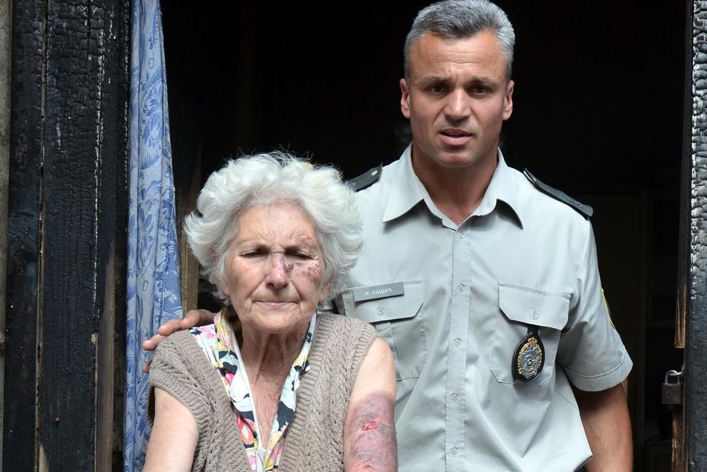 Војни полицајац из пожара извукао старицу