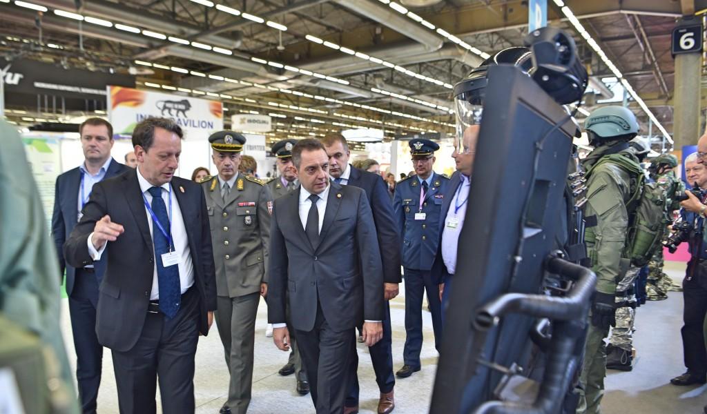 Министар Вулин на Сајму војне технике у Паризу