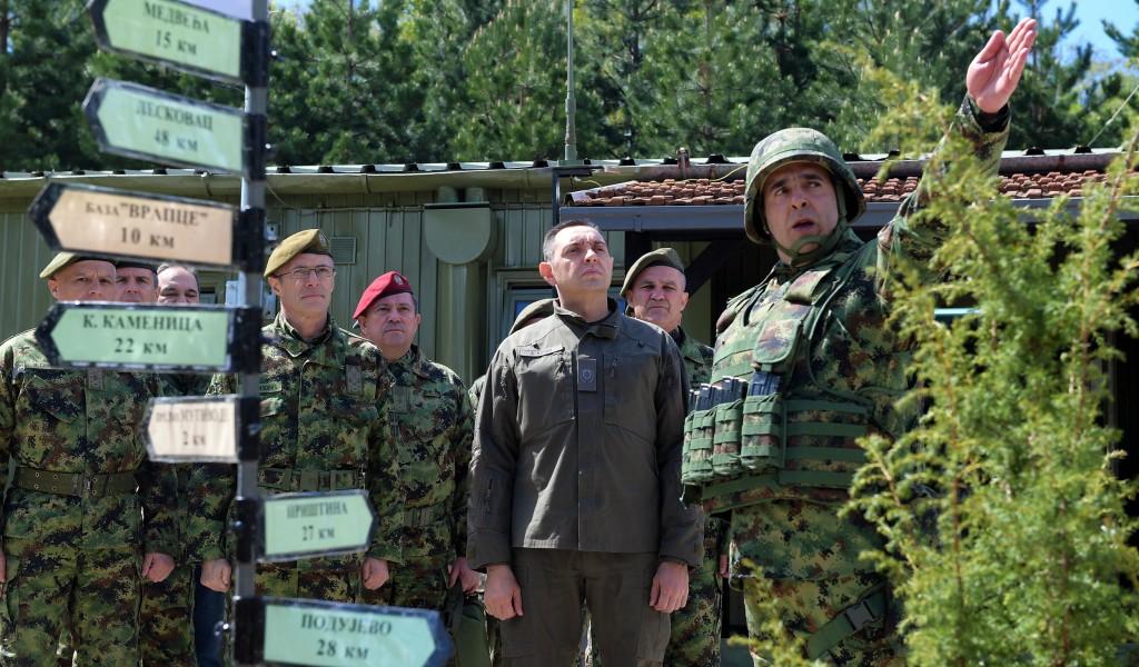 Министар одбране и начелник Генералштаба на Васкрс у бази Медевце